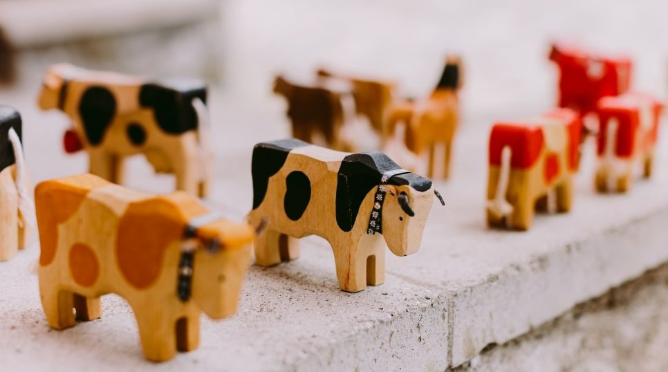 wooden-cow-souvenirs-in-switzerland-KBC5LA6-min